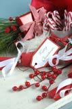 圣诞节白色破旧的别致的葡萄酒木盘子用欢乐好吃的东西填装了 免版税库存图片