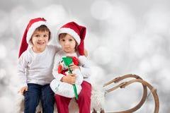 圣诞节的两个男孩 免版税库存照片