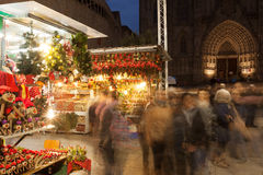 圣诞节的人们在大教堂附近销售在巴塞罗那 库存照片