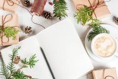 圣诞节的准备用咖啡和礼物 库存照片