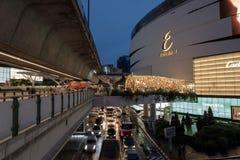 圣诞节的商场和夜光陈列2018年 库存照片