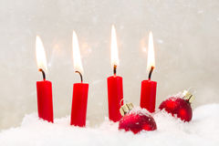 圣诞节的四个红色蜡烛-经典红色和白色 库存照片