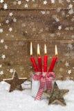 圣诞节的土气乡村模式的贺卡与蜡烛 免版税图库摄影