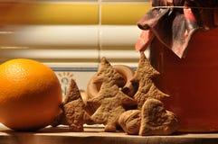 圣诞节的姜饼 蜂蜜和模子蛋糕和核桃的 图库摄影