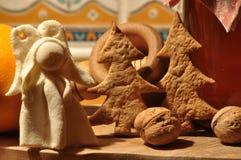 圣诞节的姜饼 蜂蜜和模子蛋糕和核桃的 免版税库存照片