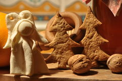 圣诞节的姜饼 蜂蜜和模子蛋糕和核桃的 库存照片