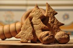 圣诞节的姜饼 蜂蜜和模子蛋糕和核桃的 免版税图库摄影