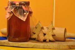 圣诞节的姜饼 蜂蜜和模子 免版税库存图片