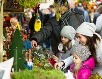 圣诞节的家庭买的花 免版税库存图片