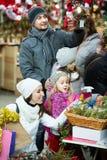 圣诞节的家庭买的花 库存图片