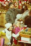 圣诞节的家庭买的花 图库摄影