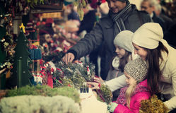 圣诞节的家庭买的花 免版税库存照片
