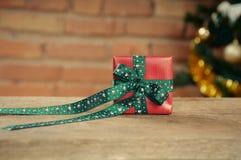 圣诞节的小逗人喜爱的当前箱子 图库摄影