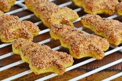 圣诞节的形如冷杉的曲奇饼在电线支架 酥皮糕点饼干用桂香和糖 免版税图库摄影