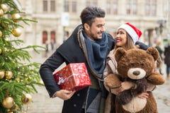 圣诞节的愉快的夫妇购物 库存图片