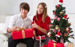圣诞节的愉快的孩子与圣诞树 免版税库存图片