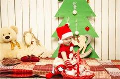 圣诞节的愉快的逗人喜爱的矮小的婴孩 免版税库存照片