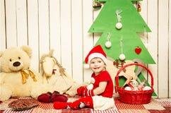 圣诞节的愉快的逗人喜爱的矮小的婴孩 免版税图库摄影