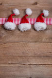 圣诞节的木背景在与一个被检查的框架的红色 免版税库存照片
