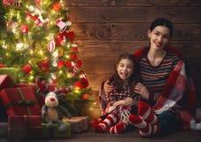 圣诞节的母亲和儿童女孩 免版税库存照片