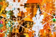 圣诞节的美丽的玻璃雪花 免版税图库摄影