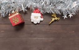 圣诞节的装饰在木背景的以空 免版税库存照片