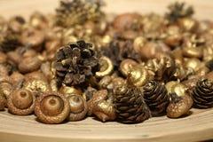 圣诞节的金黄装饰品 库存图片
