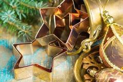 圣诞节的金黄金属切削形式担任主角曲奇饼,饼干, 免版税库存照片