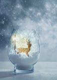 圣诞节的雪地球与驯鹿 免版税库存照片