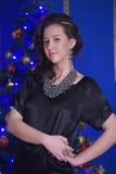 圣诞节的青少年的女孩在美丽的圣诞树g 库存图片