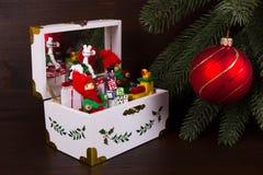 圣诞节的音箱与圣诞节球 免版税库存图片