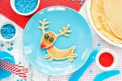 圣诞节的驯鹿薄煎饼用早餐-乐趣食物艺术想法 库存图片