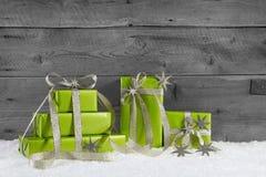 圣诞节的绿色礼物盒在灰色破旧的背景 免版税库存照片