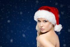圣诞节盖帽的俏丽的妇女 免版税库存图片
