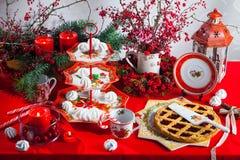 圣诞节盘、利器和装饰在红色和白色 免版税库存图片