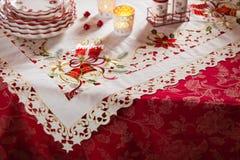 圣诞节盘、利器和装饰在红色和白色 库存图片