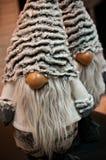 圣诞节矮人长毛绒玩具在Xmas树下 免版税库存照片