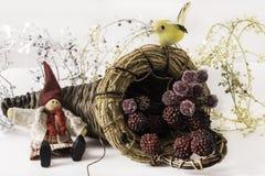 圣诞节矮子、鸟和果子 免版税库存图片