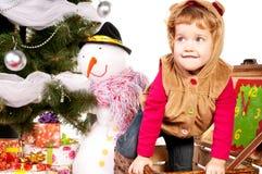 圣诞节礼品下女孩结构树 免版税库存照片