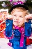 圣诞节礼品下女孩结构树 免版税图库摄影