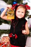 圣诞节礼品下女孩结构树 库存照片