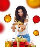 圣诞节礼品俏丽的妇女 免版税库存照片