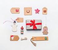 圣诞节礼品包装材料概念 各种各样的工艺eco纸纸板包裹和标记平的位置与葡萄酒装饰 库存照片