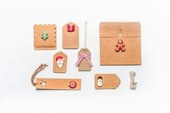 圣诞节礼品包装材料概念 各种各样的工艺eco纸纸板包裹和标记平的位置与装饰 免版税库存图片