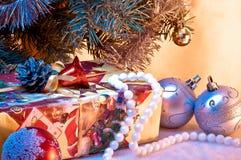 圣诞节礼品在圣诞树下 库存照片