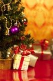 圣诞节礼品在垂直之下的存在结构树 库存照片