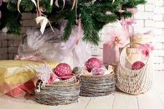 圣诞节礼品在杉树下 免版税库存照片