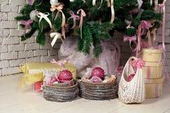 圣诞节礼品在杉树下 库存图片