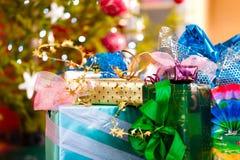 圣诞节礼品在x之下的mas结构树 免版税库存图片