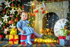 圣诞节礼品女孩一点 免版税库存照片